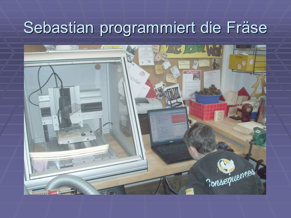 Sebastian programmiert die Fräse