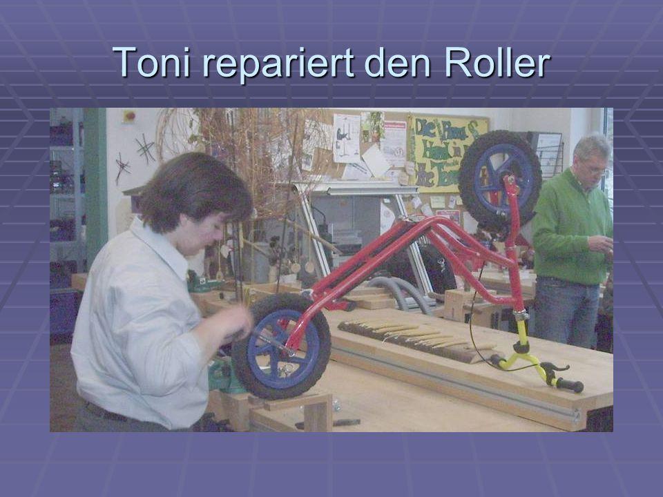 Toni repariert den Roller