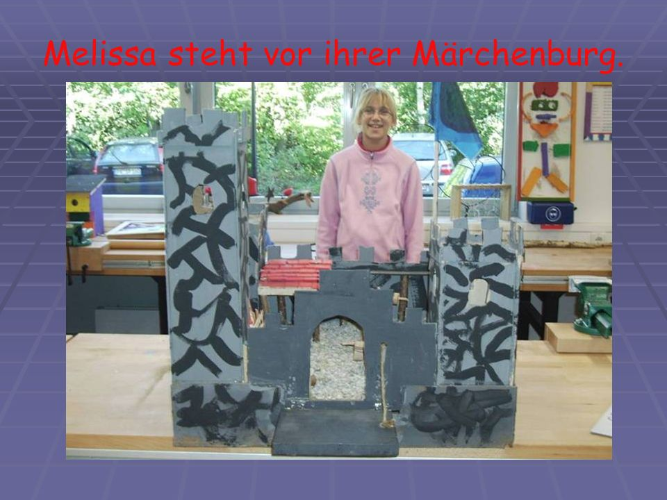 Melissa steht vor ihrer Märchenburg.