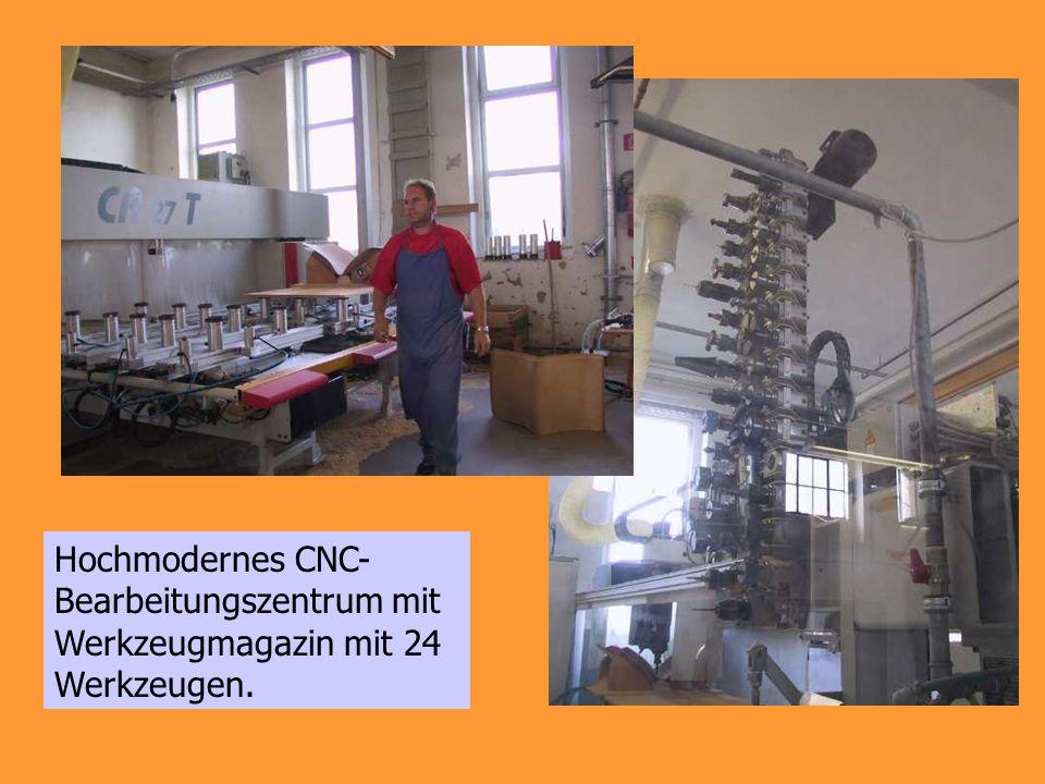 Hochmodernes CNC-Bearbeitungszentrum mit Werkzeugmagazin mit 24 Werkzeugen.