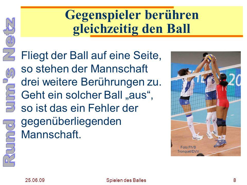 Gegenspieler berühren gleichzeitig den Ball
