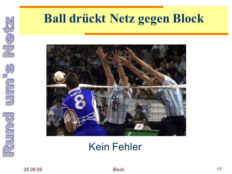 Ball drückt Netz gegen Block