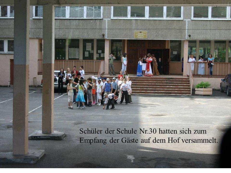 Schüler der Schule Nr.30 hatten sich zum Empfang der Gäste auf dem Hof versammelt.