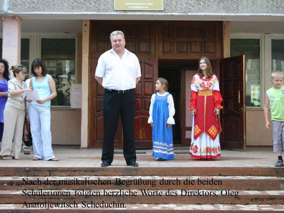 Nach der musikalischen Begrüßung durch die beiden Schülerinnen folgten herzliche Worte des Direktors, Oleg Anatoljewitsch Scheduchin.