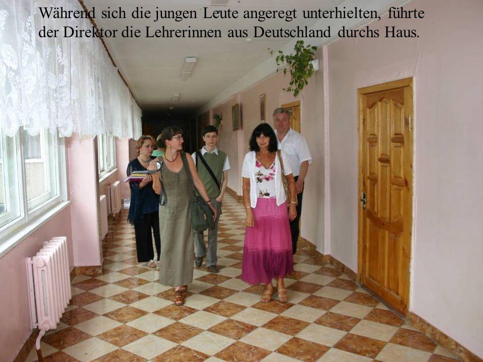 Während sich die jungen Leute angeregt unterhielten, führte der Direktor die Lehrerinnen aus Deutschland durchs Haus.