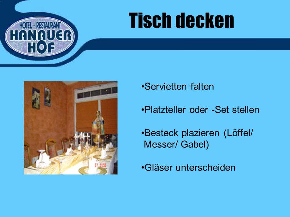 Tisch decken Servietten falten Platzteller oder -Set stellen