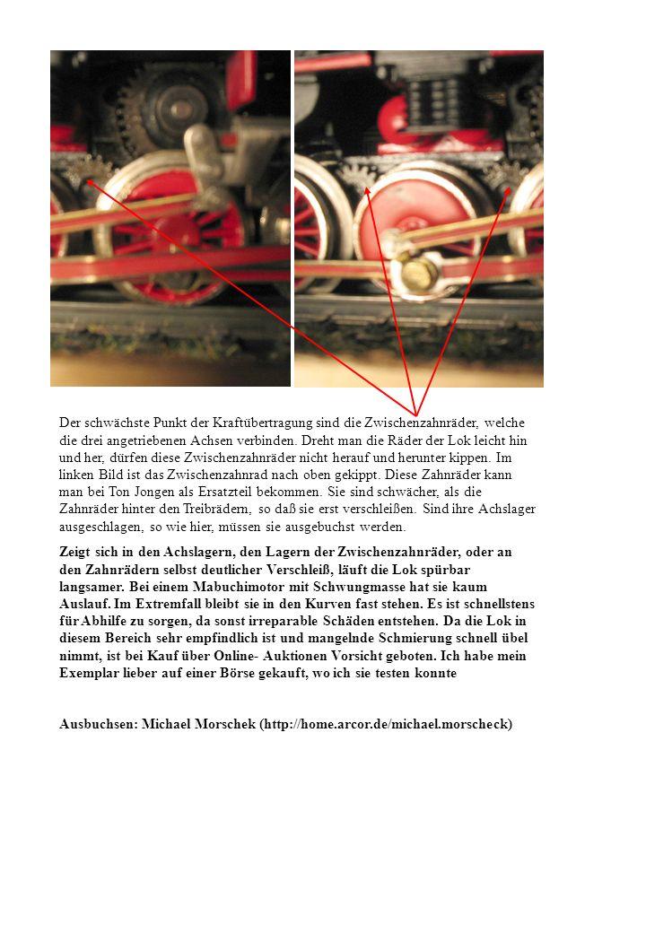 Der schwächste Punkt der Kraftübertragung sind die Zwischenzahnräder, welche die drei angetriebenen Achsen verbinden. Dreht man die Räder der Lok leicht hin und her, dürfen diese Zwischenzahnräder nicht herauf und herunter kippen. Im linken Bild ist das Zwischenzahnrad nach oben gekippt. Diese Zahnräder kann man bei Ton Jongen als Ersatzteil bekommen. Sie sind schwächer, als die Zahnräder hinter den Treibrädern, so daß sie erst verschleißen. Sind ihre Achslager ausgeschlagen, so wie hier, müssen sie ausgebuchst werden.