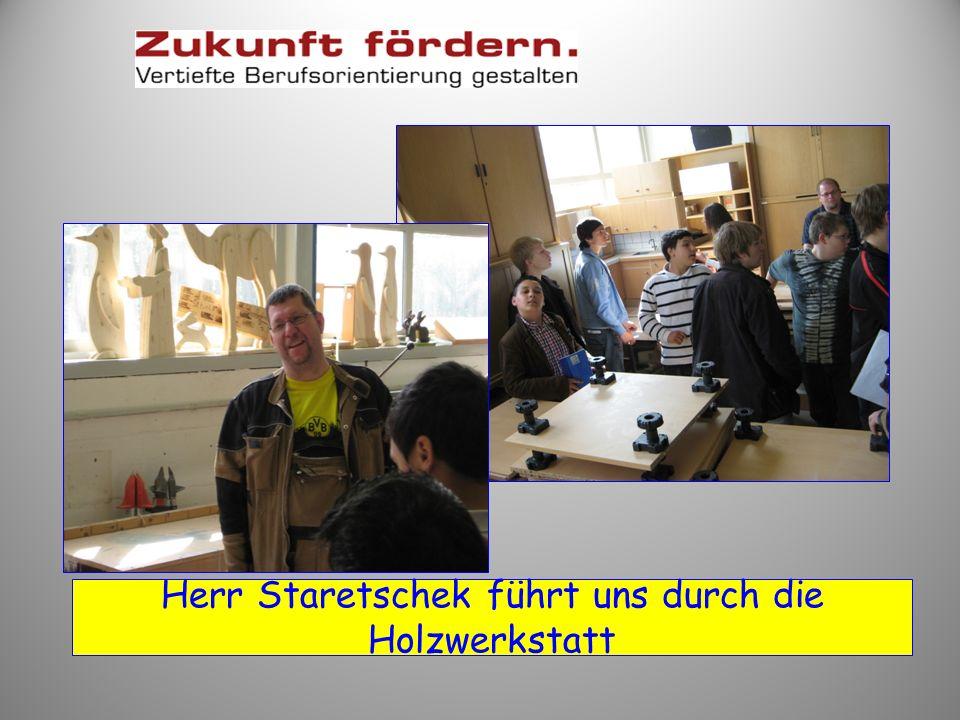 Herr Staretschek führt uns durch die Holzwerkstatt