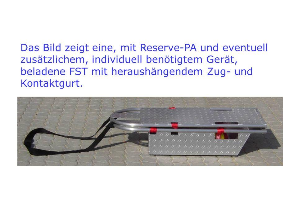 Das Bild zeigt eine, mit Reserve-PA und eventuell zusätzlichem, individuell benötigtem Gerät, beladene FST mit heraushängendem Zug- und Kontaktgurt.