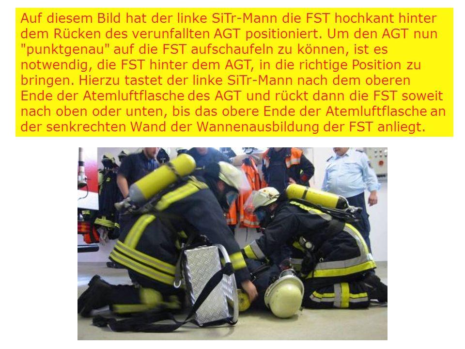 Auf diesem Bild hat der linke SiTr-Mann die FST hochkant hinter dem Rücken des verunfallten AGT positioniert.