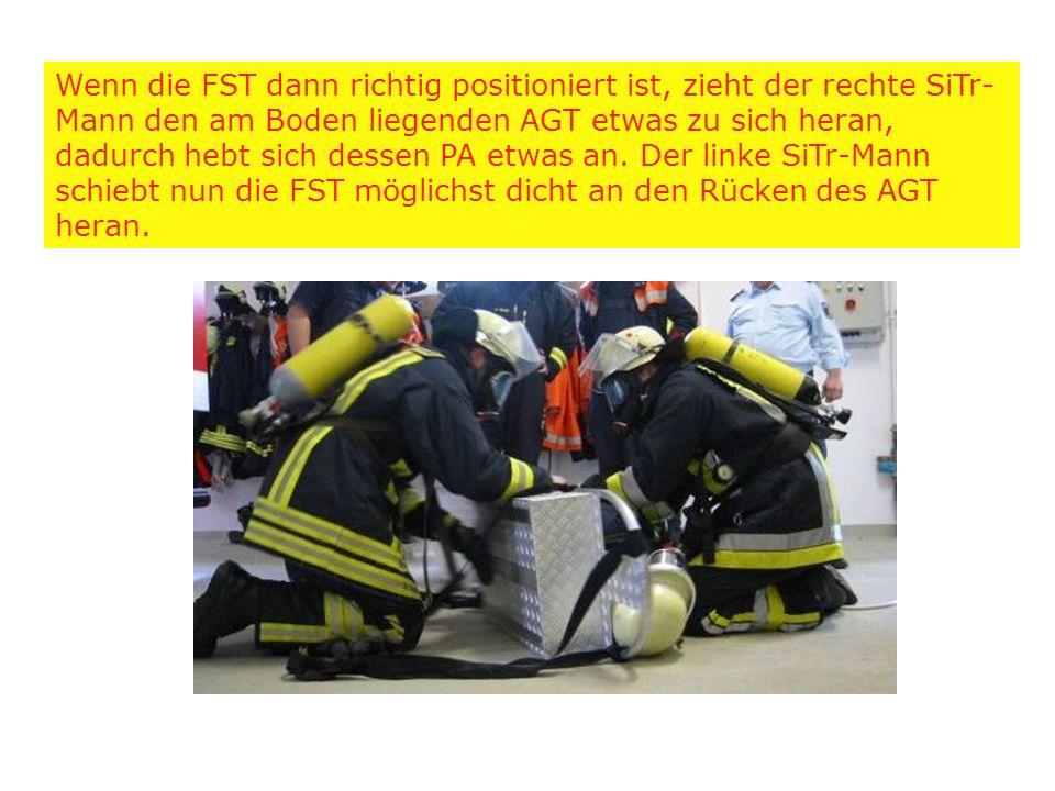 Wenn die FST dann richtig positioniert ist, zieht der rechte SiTr-Mann den am Boden liegenden AGT etwas zu sich heran, dadurch hebt sich dessen PA etwas an.