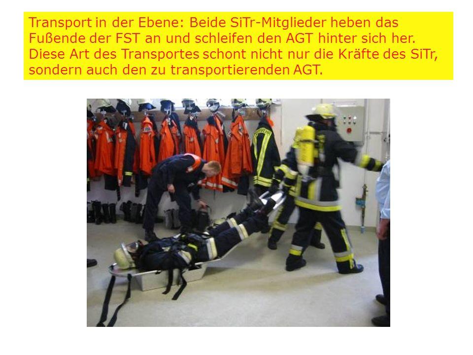 Transport in der Ebene: Beide SiTr-Mitglieder heben das Fußende der FST an und schleifen den AGT hinter sich her.