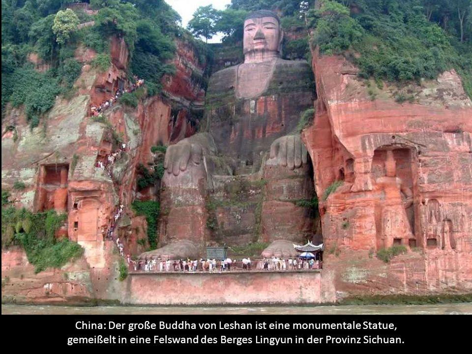 China: Der große Buddha von Leshan ist eine monumentale Statue, gemeißelt in eine Felswand des Berges Lingyun in der Provinz Sichuan.