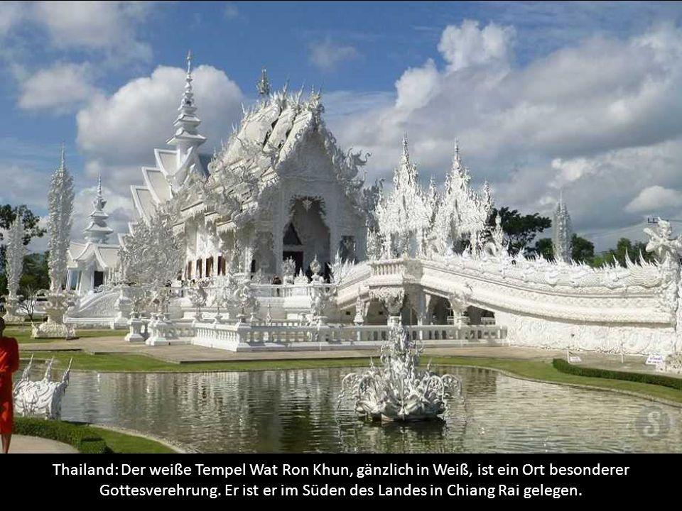 Thailand: Der weiße Tempel Wat Ron Khun, gänzlich in Weiß, ist ein Ort besonderer Gottesverehrung.
