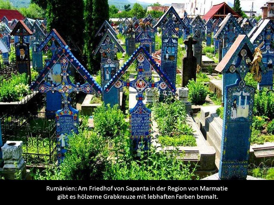 Rumänien: Am Friedhof von Sapanta in der Region von Marmatie gibt es hölzerne Grabkreuze mit lebhaften Farben bemalt.