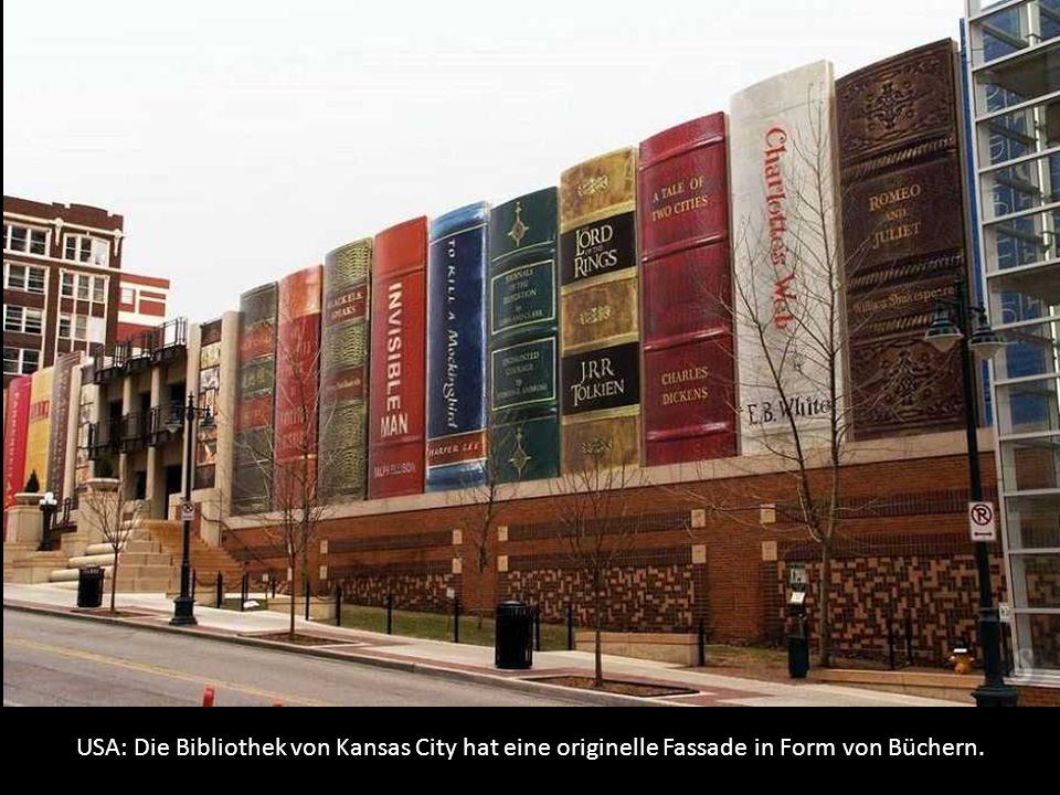 USA: Die Bibliothek von Kansas City hat eine originelle Fassade in Form von Büchern.