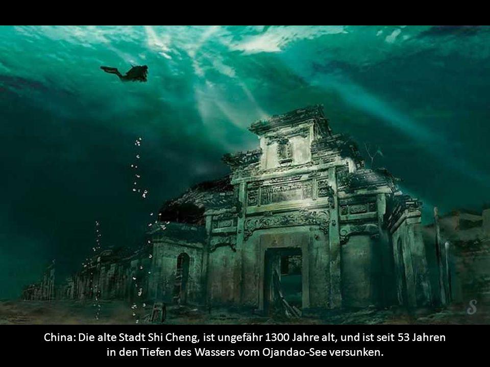 China: Die alte Stadt Shi Cheng, ist ungefähr 1300 Jahre alt, und ist seit 53 Jahren in den Tiefen des Wassers vom Ojandao-See versunken.