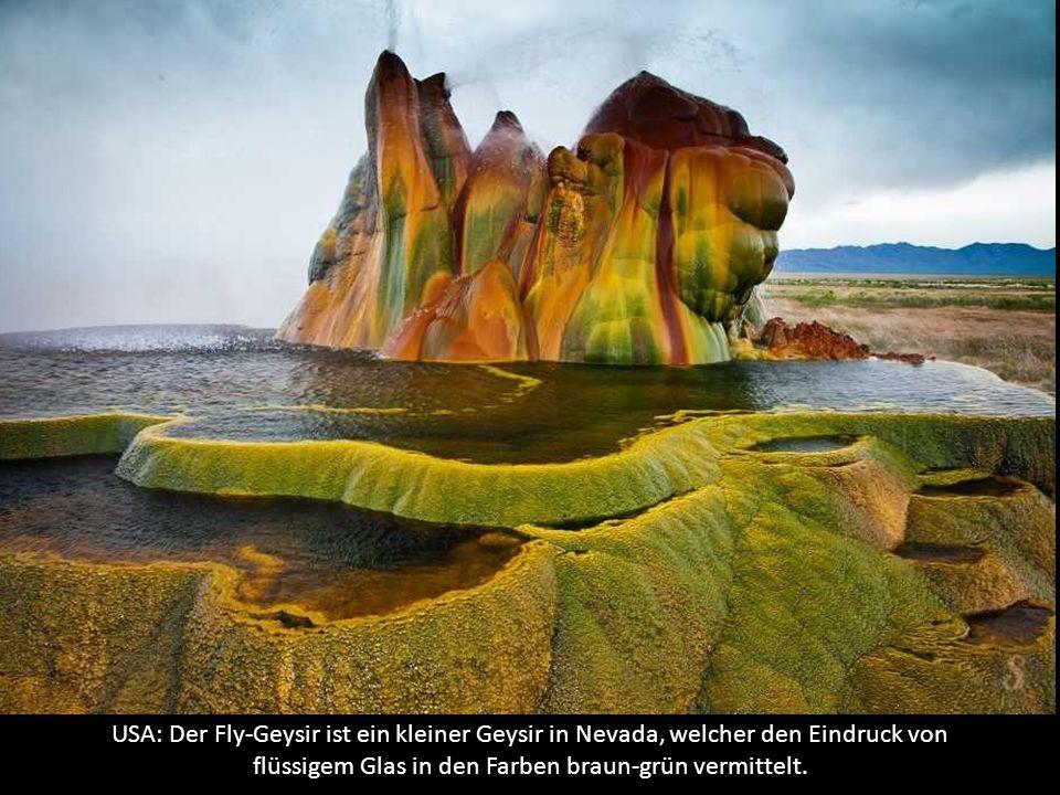 USA: Der Fly-Geysir ist ein kleiner Geysir in Nevada, welcher den Eindruck von flüssigem Glas in den Farben braun-grün vermittelt.