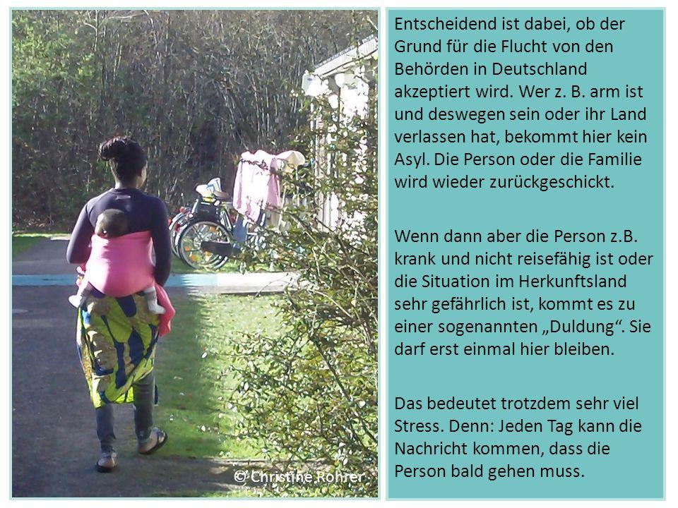 """Entscheidend ist dabei, ob der Grund für die Flucht von den Behörden in Deutschland akzeptiert wird. Wer z. B. arm ist und deswegen sein oder ihr Land verlassen hat, bekommt hier kein Asyl. Die Person oder die Familie wird wieder zurückgeschickt. Wenn dann aber die Person z.B. krank und nicht reisefähig ist oder die Situation im Herkunftsland sehr gefährlich ist, kommt es zu einer sogenannten """"Duldung . Sie darf erst einmal hier bleiben. Das bedeutet trotzdem sehr viel Stress. Denn: Jeden Tag kann die Nachricht kommen, dass die Person bald gehen muss."""