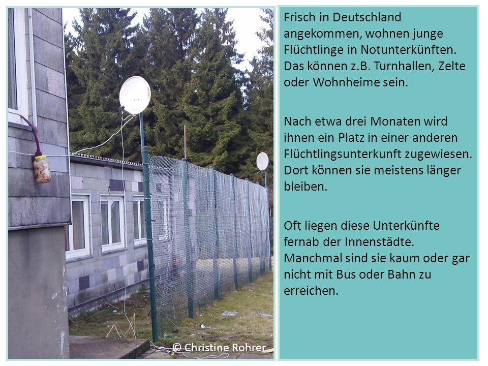Frisch in Deutschland angekommen, wohnen junge Flüchtlinge in Notunterkünften. Das können z.B. Turnhallen, Zelte oder Wohnheime sein.
