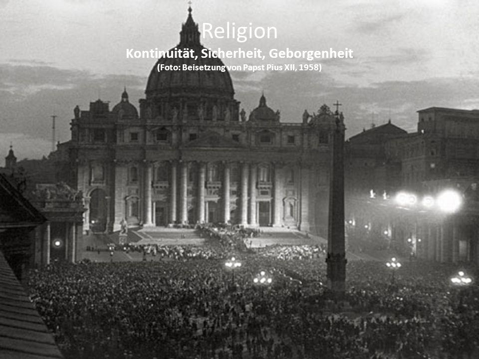 Religion Kontinuität, Sicherheit, Geborgenheit (Foto: Beisetzung von Papst Pius XII, 1958)