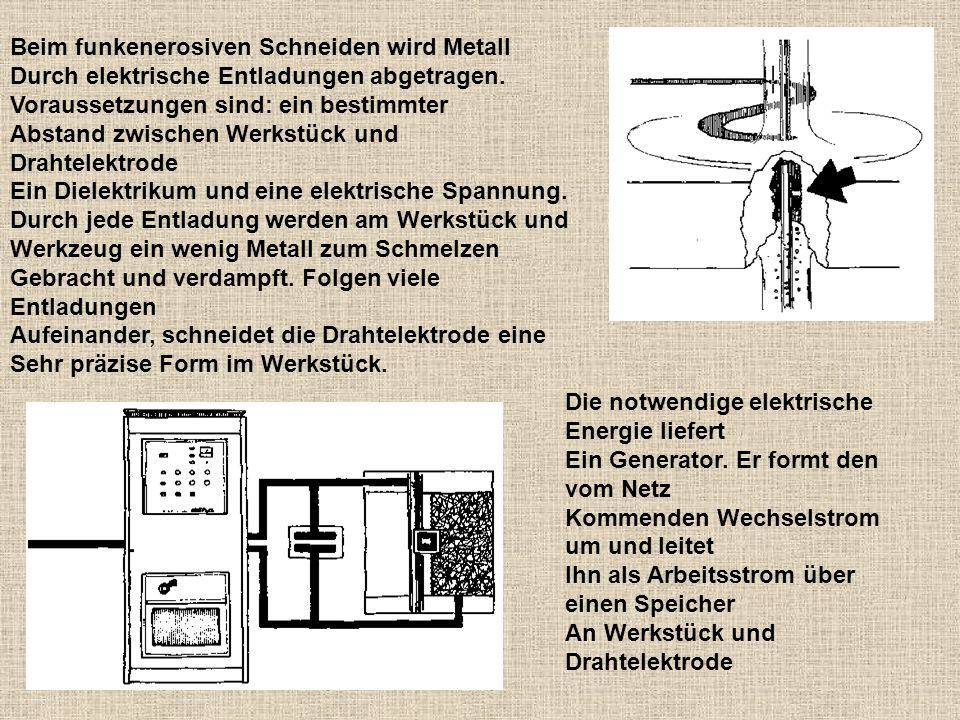 Beim funkenerosiven Schneiden wird Metall