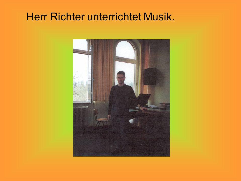 Herr Richter unterrichtet Musik.