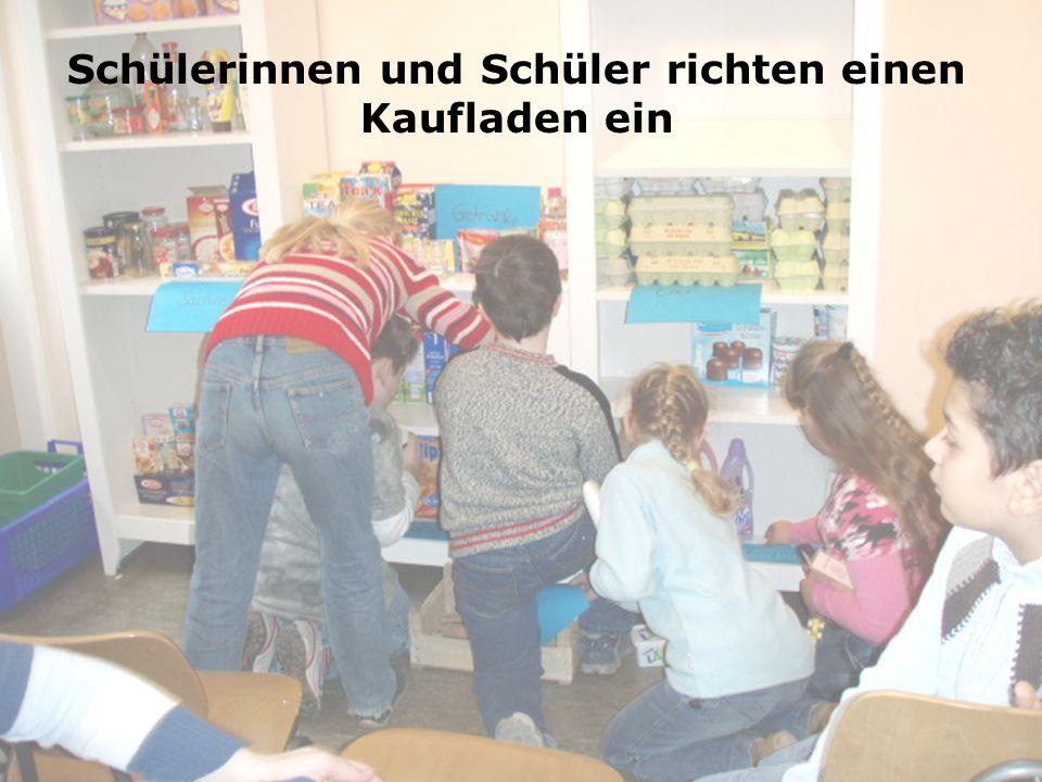 Schülerinnen und Schüler richten einen Kaufladen ein