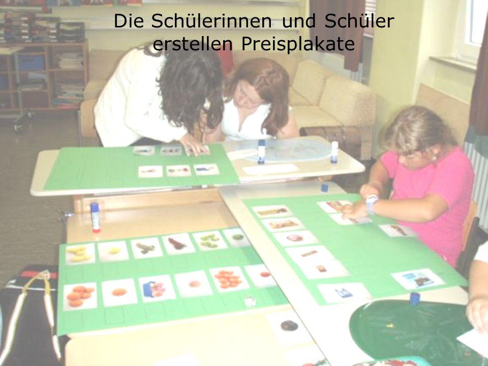 Die Schülerinnen und Schüler erstellen Preisplakate
