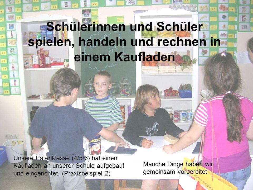 Schülerinnen und Schüler spielen, handeln und rechnen in einem Kaufladen