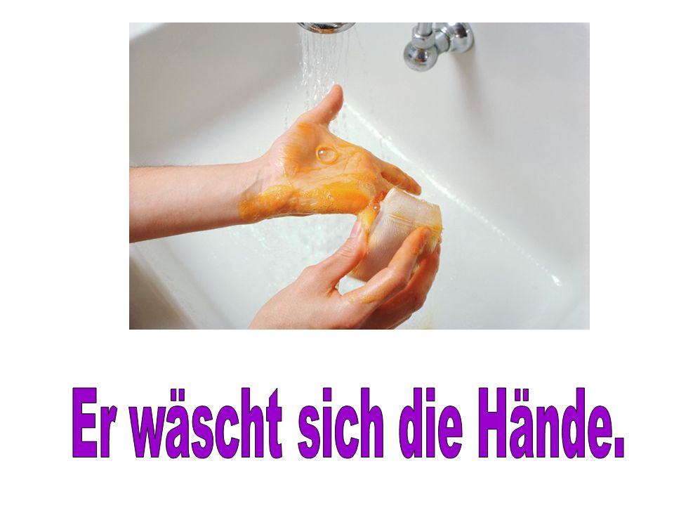 Er wäscht sich die Hände.