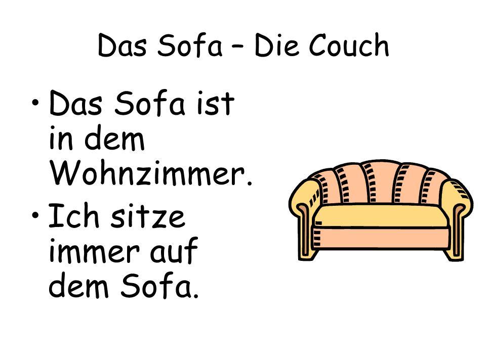 Das Sofa ist in dem Wohnzimmer.