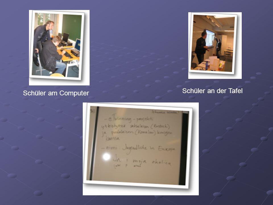 Schüler an der Tafel Schüler am Computer