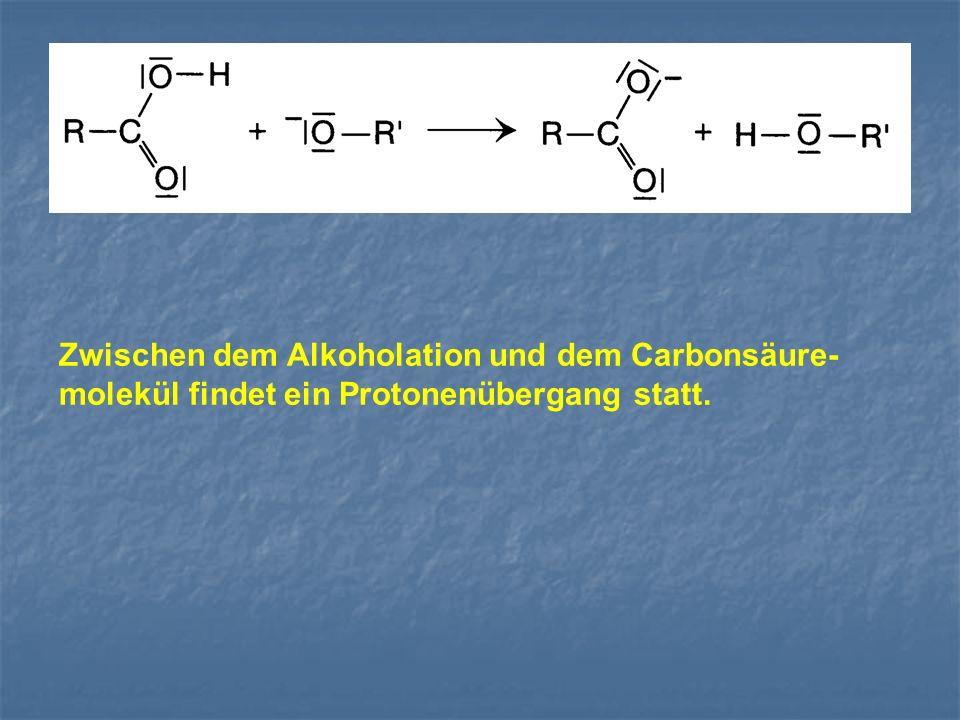 Zwischen dem Alkoholation und dem Carbonsäure-molekül findet ein Protonenübergang statt.