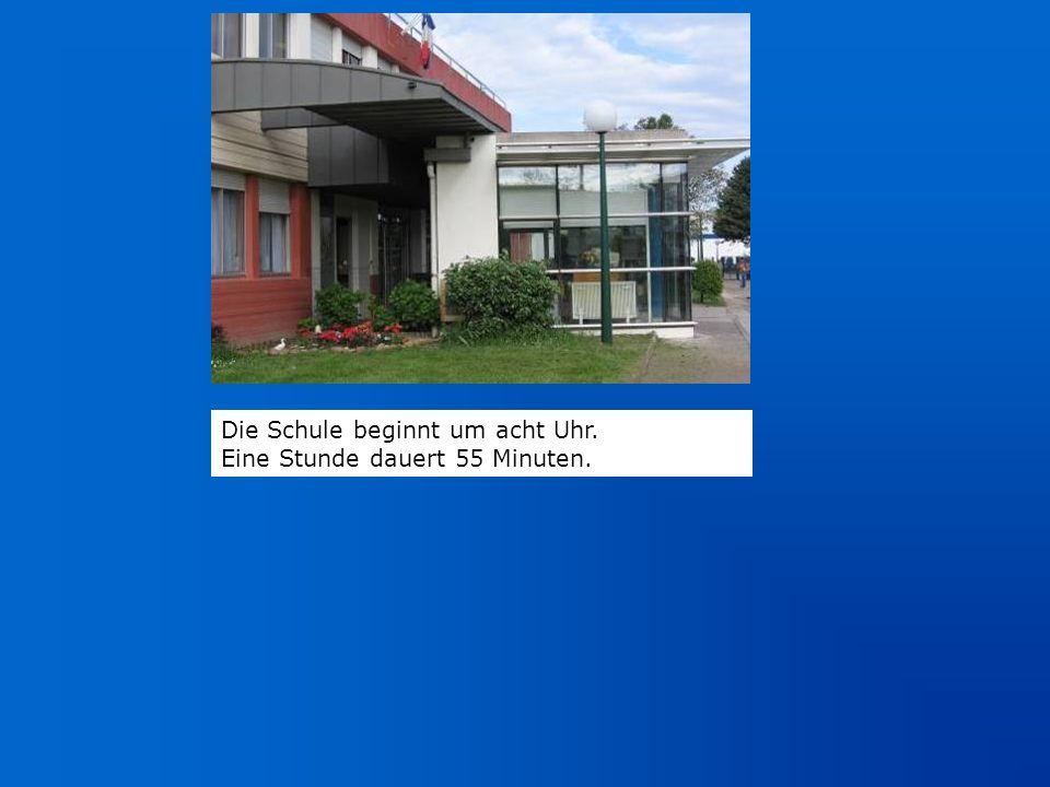 Die Schule beginnt um acht Uhr.