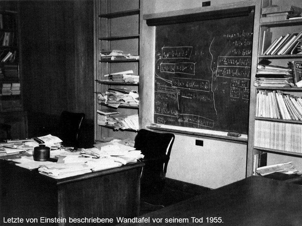 Letzte von Einstein beschriebene Wandtafel vor seinem Tod 1955.