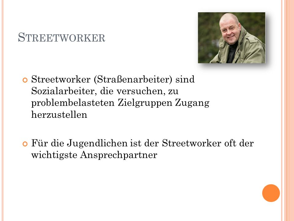 Streetworker Streetworker (Straßenarbeiter) sind Sozialarbeiter, die versuchen, zu problembelasteten Zielgruppen Zugang herzustellen.