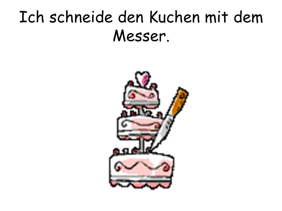 Ich schneide den Kuchen mit dem Messer.