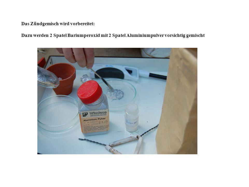 Das Zündgemisch wird vorbereitet: Dazu werden 2 Spatel Bariumperoxid mit 2 Spatel Aluminiumpulver vorsichtig gemischt