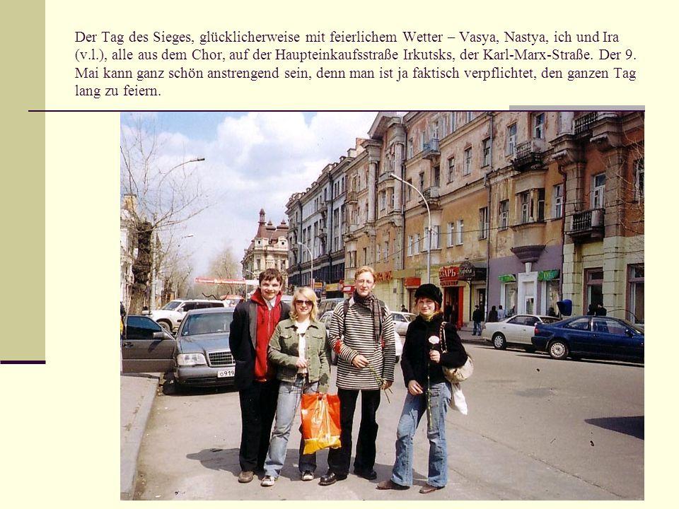 Der Tag des Sieges, glücklicherweise mit feierlichem Wetter – Vasya, Nastya, ich und Ira (v.l.), alle aus dem Chor, auf der Haupteinkaufsstraße Irkutsks, der Karl-Marx-Straße.