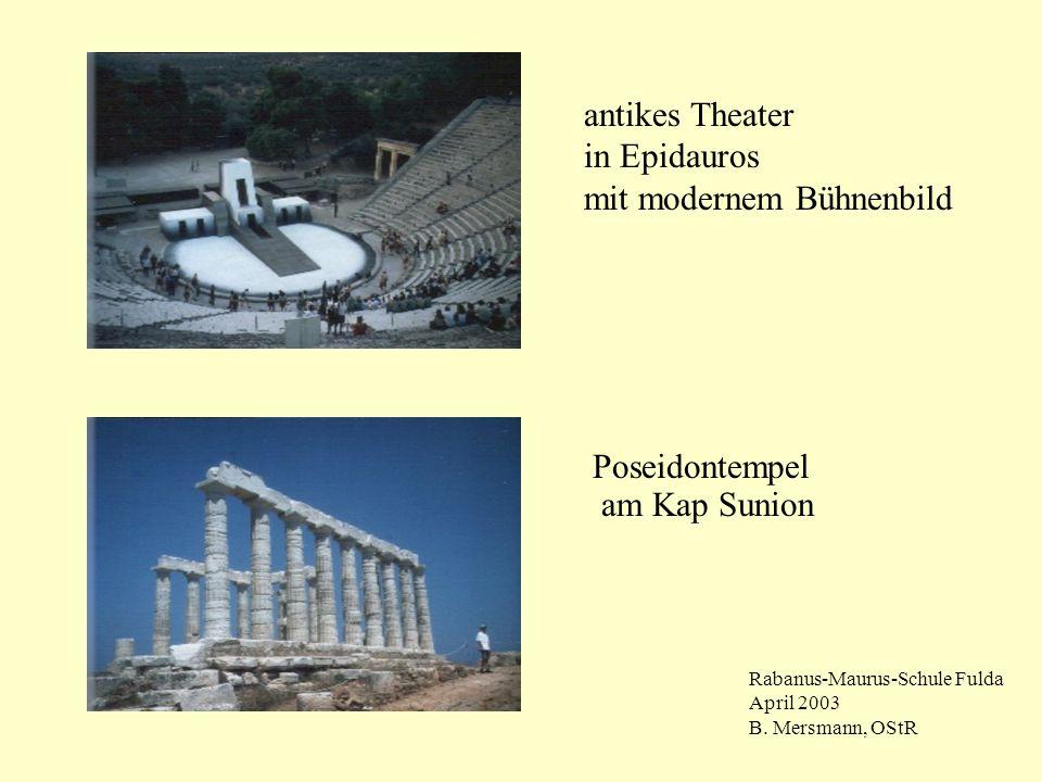 antikes Theater in Epidauros mit modernem Bühnenbild