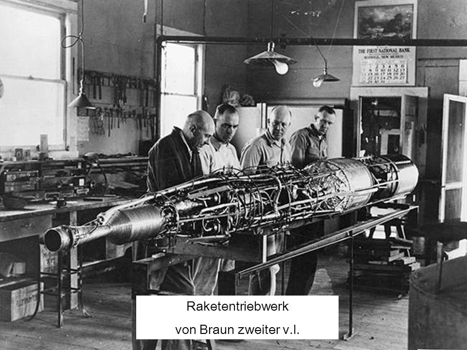 Raketentriebwerk von Braun zweiter v.l.