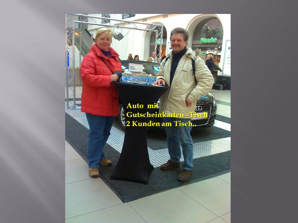 Auto mit Gutscheinkarten –Tisch 2 Kunden am Tisch..