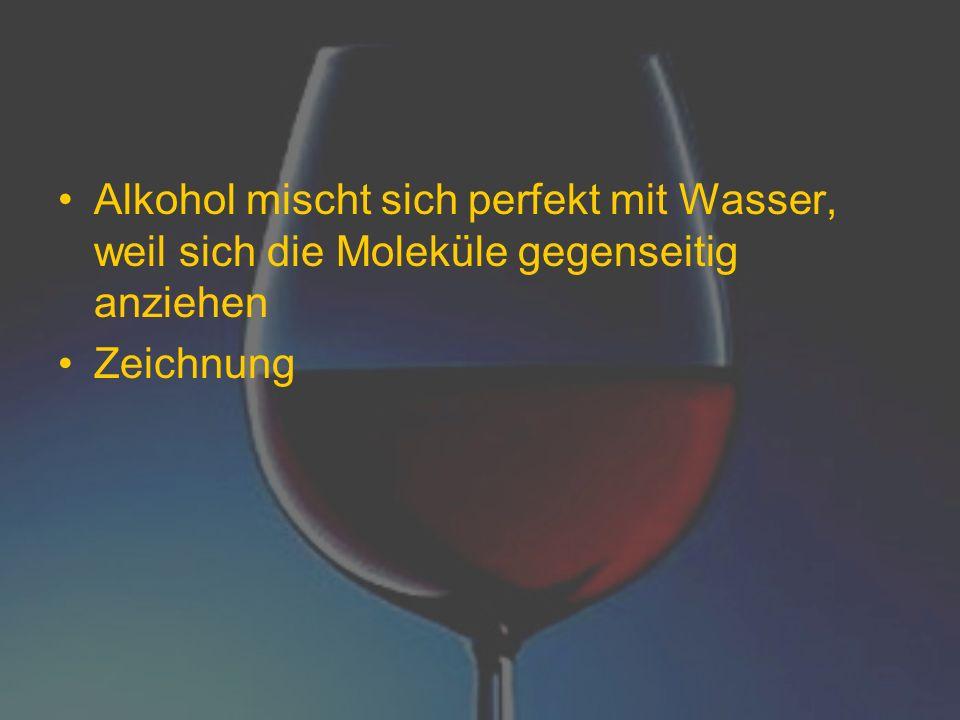 Alkohol mischt sich perfekt mit Wasser, weil sich die Moleküle gegenseitig anziehen
