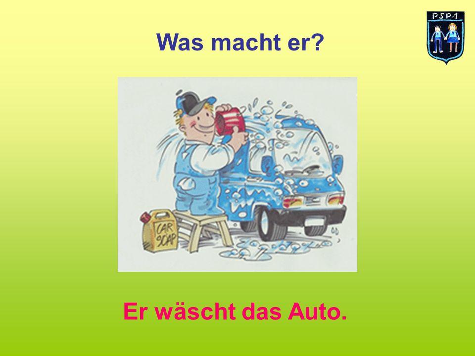 Was macht er Er wäscht das Auto.