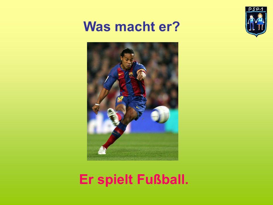Was macht er Er spielt Fußball.