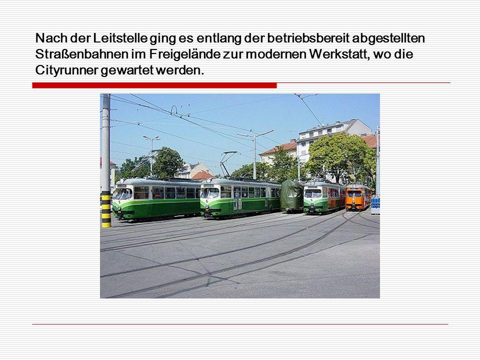 Nach der Leitstelle ging es entlang der betriebsbereit abgestellten Straßenbahnen im Freigelände zur modernen Werkstatt, wo die Cityrunner gewartet werden.