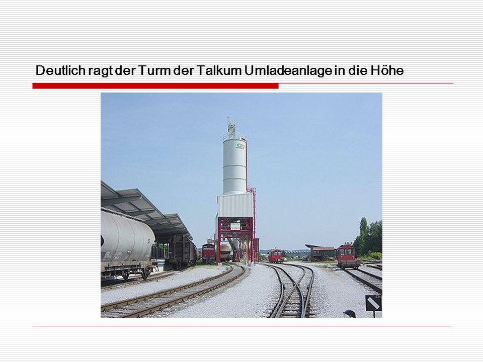 Deutlich ragt der Turm der Talkum Umladeanlage in die Höhe