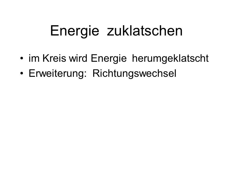 Energie zuklatschen im Kreis wird Energie herumgeklatscht