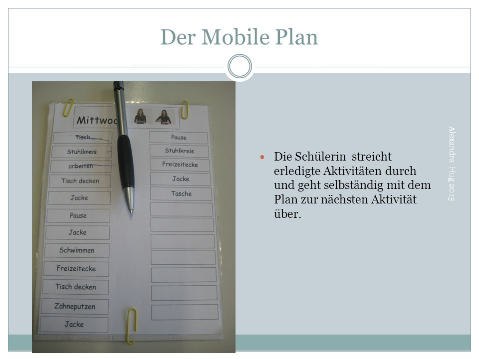 Der Mobile Plan Die Schülerin streicht erledigte Aktivitäten durch und geht selbständig mit dem Plan zur nächsten Aktivität über.